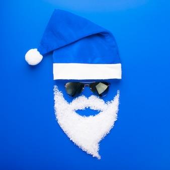 キャップ、黒いメガネと雪のひげとサンタクロース