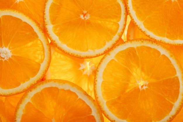 果肉と皮の熟したオレンジのスライス
