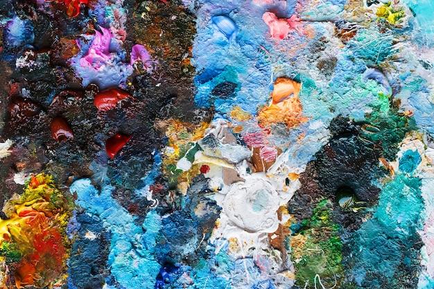 Художественная палитра масляных красок крупным планом. творческий фон в