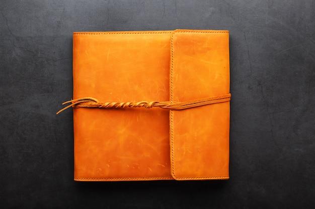 Обложка альбома изготовлена из натуральной кожи коричневого цвета, ручной работы.