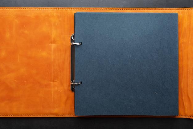 Фотоальбом с пустым пространством для фотографий, белые рамки на черной бумаге.