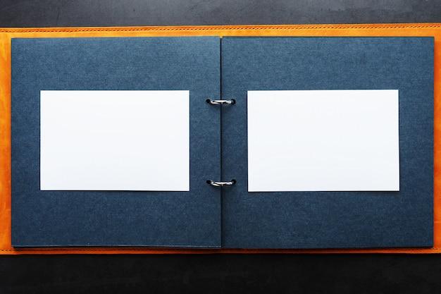Альбом с пустым пространством для фотографий, свободным местом на фотобумаге с темными страницами.