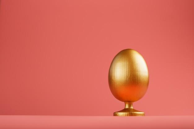 Золотое яйцо с минималистской концепцией. пространство для текста. шаблоны дизайна пасхальное яйцо. стильный декор с минимальной концепцией.