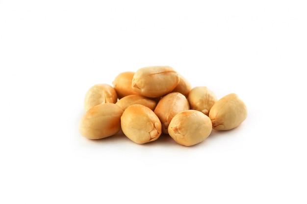 ローストピーナッツの皮をむいた、白い背景で隔離