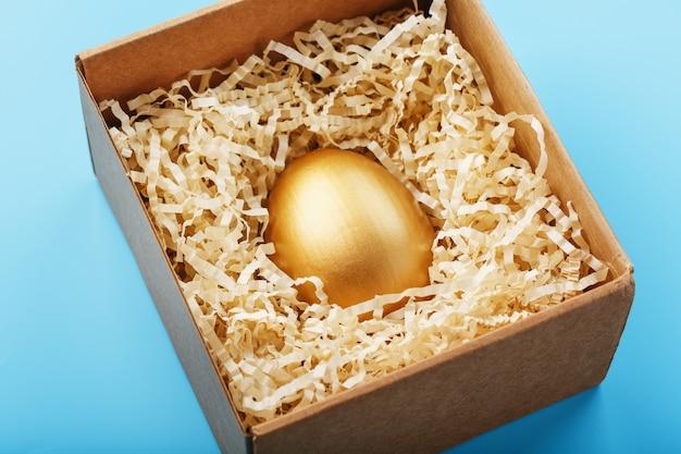 Золотое яйцо в коробке концепция эксклюзивности, лучший выбор, приз, особый сюрприз, дорогой подарок.
