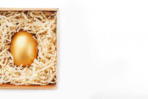 Золотое яйцо в коробке, концепция эксклюзивности, лучший выбор, приз, особый сюрприз, дорогой подарок. понятие минимализма.