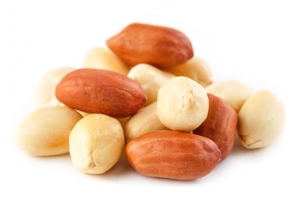 ピーナッツは、白い背景で隔離。皮をむいた皮とスカーラップ。