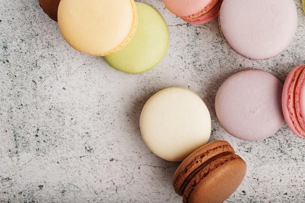 色とりどりのマカロニクッキーは、灰色の石のスラブの上にあります。