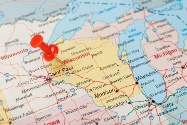 アメリカ、ウィスコンシン、首都マディソンの地図上の赤い聖職者の針。赤い鋲でウィスコンシンの地図を閉じる