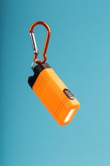 オレンジ色のカラビナ付き懐中電灯