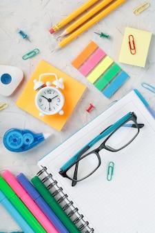 学校の文房具と創造的な仕事は灰色です。