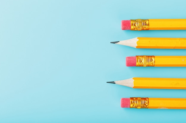 青の消しゴム付きのオレンジ色の鉛筆。