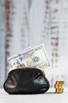 Кошелек с деньгами на серую стену. сохранение бюджета и сохранение вашей мечты.