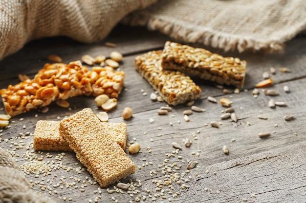 Ассорти козинаки ,, с мешковиной ткани. стиль кантри. вкусные сладости из семян подсолнечника, кунжута и арахиса, покрытые блестящей глазурью.