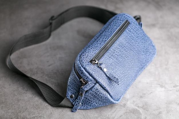 Талия сумка из синей кожи на сером