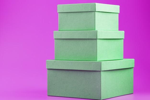 Коробки на розовом фоне в виде пирамиды.
