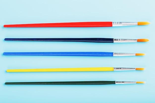 Разноцветные кисти на синем фоне.