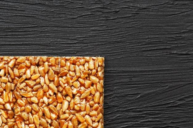 ヒマワリの種からのコジナキのタイル。ヒマワリの種、ゴマ、ピーナッツを使ったオリエンタルスイーツのゴジナキ、光沢のあるアイシングで蜂蜜をまぶした