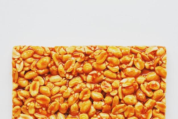 健康的なスナック。フィットネスダイエット食品。ローストピーナッツ、エネルギーバーから作られたコジナキのフリッター。
