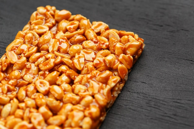 Большая золотая плитка из арахиса, батончик в сладкой патоке. козинаки полезные и вкусные сладости востока