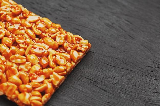 ローストピーナッツ豆のエネルギーバーからのゴールデンポルチーニコジナキ。