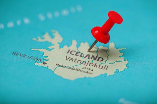 Красная кнопка указывает местоположение и координаты пункта назначения на карте исландии.