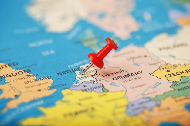 Местонахождение пункта назначения на карте франции обозначено. местонахождение пункта назначения на карте нидерландов обозначено красной канцелярской кнопкой.