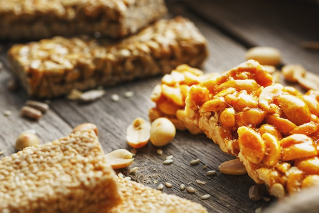 ひまわりの種のお菓子バー。ヒマワリの種、ごま、落花生から作られたおいしい東洋のお菓子
