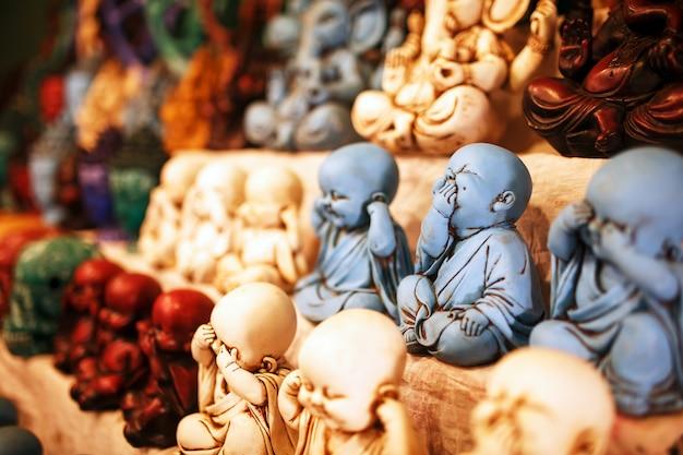Сувениры индийских богов на прилавке ночного рынка для туристов