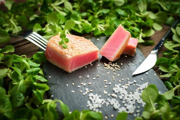 マグロのグリルステーキグリーンサラダのクローズアップ