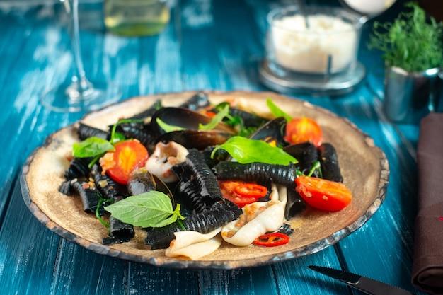 Традиционная итальянская черная паста с морепродуктами ручной работы