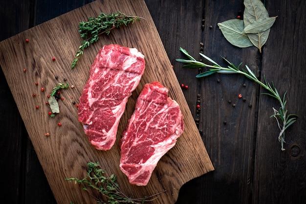生チャックロールステーキプレミアムビーフの調味料、木の板、トップビュー、素朴なスタイル