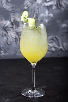 Детокс лимонад с огурцом, лаймом, базиликом и шпинатом на фоне темного камня