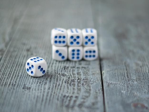Пирамида сине-белых костей на деревянном столе.