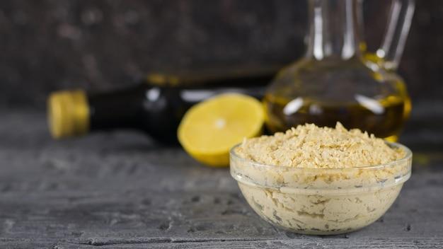 Свежая паста тахини от кунжута до фалафеля на темном деревянном столе