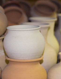 粘土製のとても美しい食器。手作り。