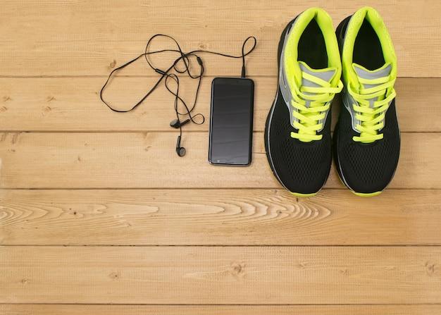 Спортивные аксессуары для фитнеса на деревянном полу.