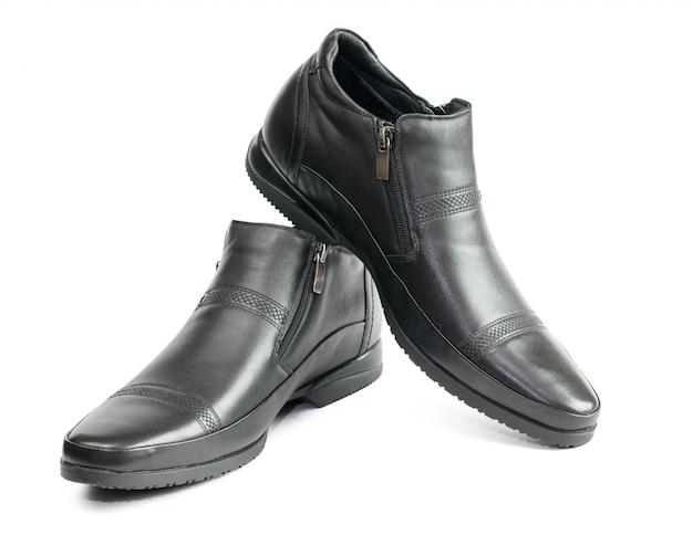 白で隔離される革から黒人男性の靴。