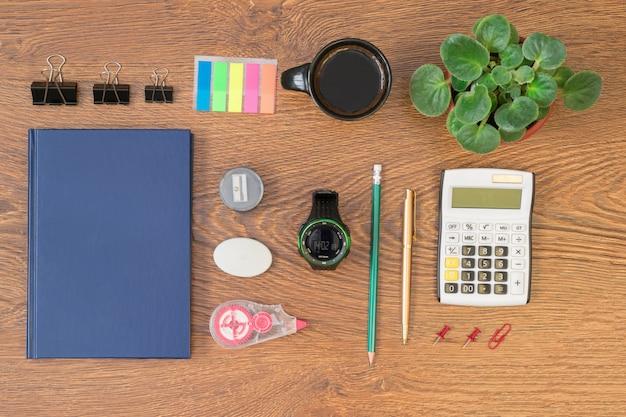木製テーブルトップビューでオフィス文具。