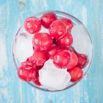ヴィンテージの木製テーブルに桜の冷凍果実。上面図。