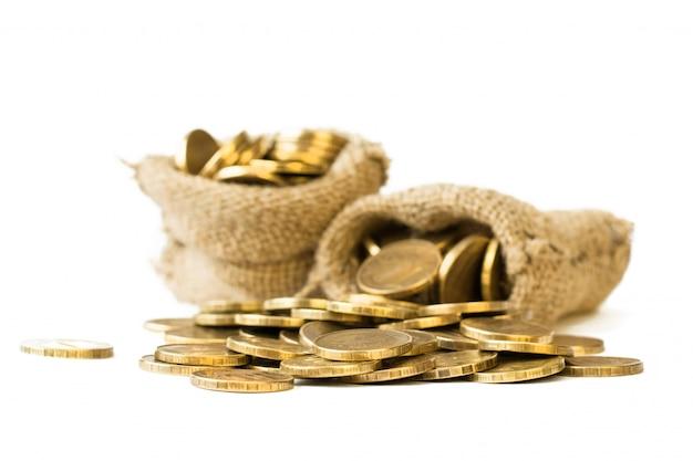 Металлические монеты выливаются из мешков