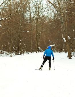 美しい冬の森で朝のスキー。