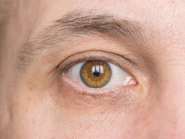 Правый глаз мужчин среднего возраста с близкого расстояния.