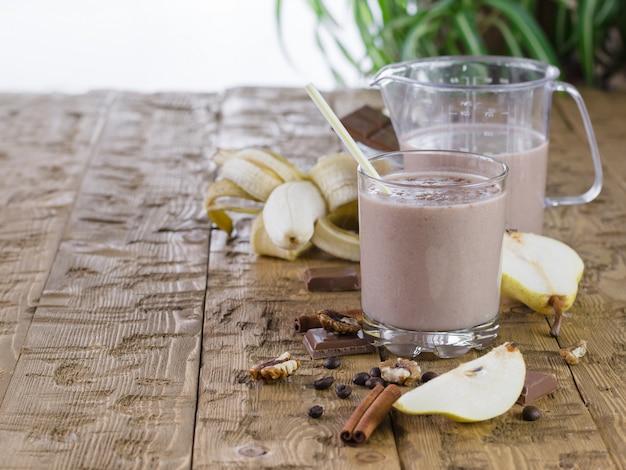 大きなマグカップ、素朴な木製のテーブルにチョコレートのスムージー。