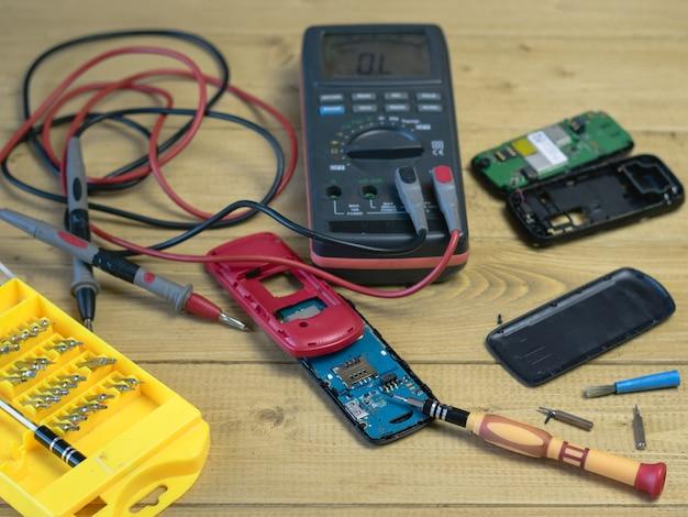 携帯電話の修理用のスペアパーツとツール。