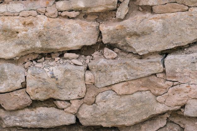 大きな古い石の台無しにされた壁。