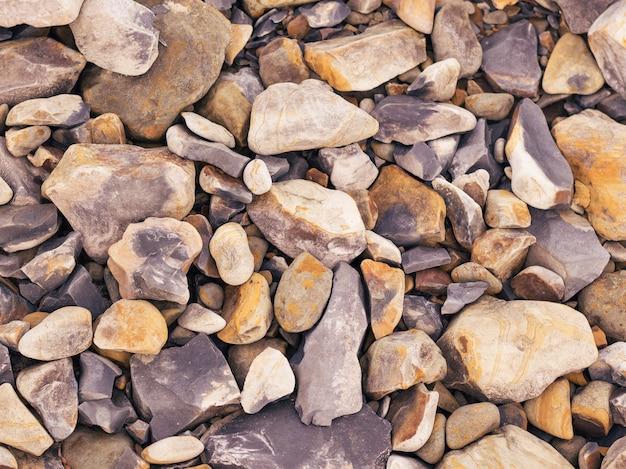 川の土手に色の石の背景。