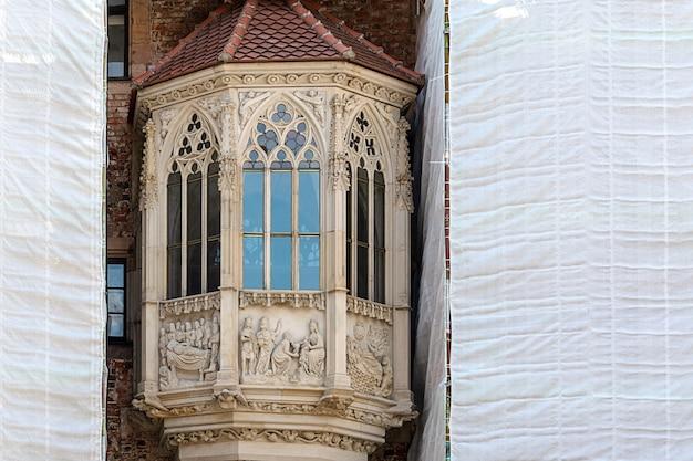 ゴシック様式の歴史的建造物の修復プロセス。