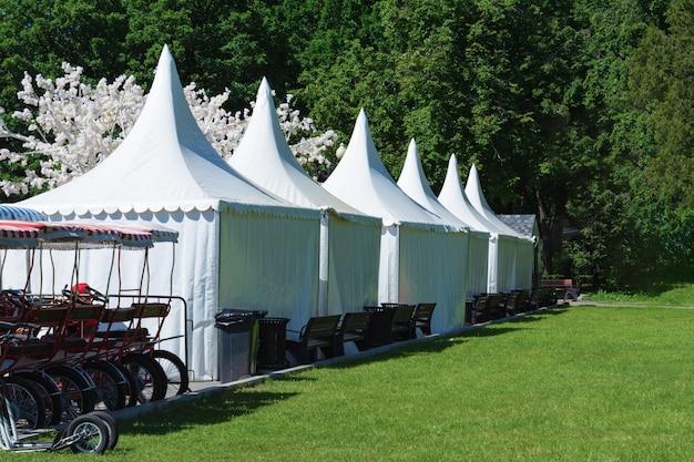 自転車のレンタルとテントがある公園エリア。