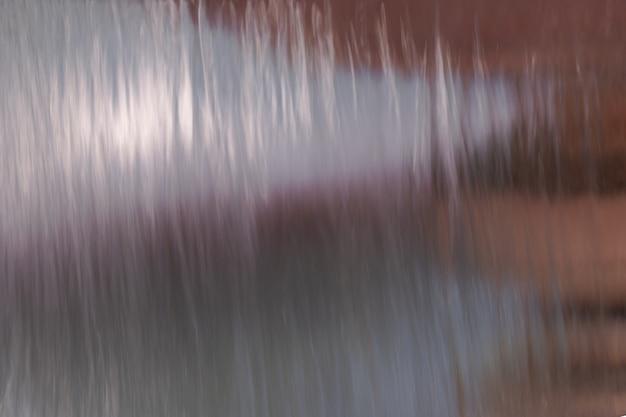 噴水から流れる水の流れの眺め。